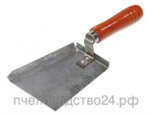 Скребок-лопатка 100x80 мм оцинкованная с деревянной ручкой.